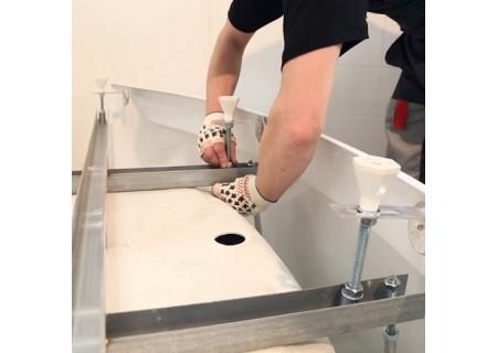 Установка ванны нестандартных размеров без гидромассажа и врезного смесителя на фото
